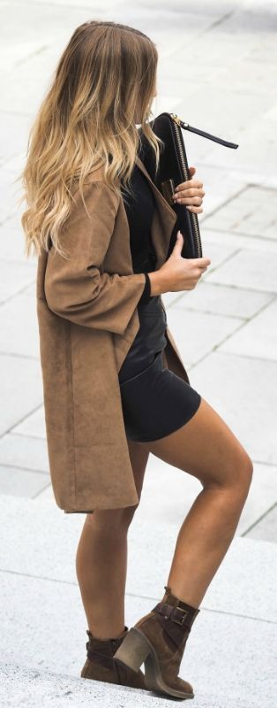 Street style | Black jumper, brown booties and tweed camel coat | Latest fashion trends