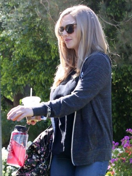 Amanda Seyfried Photos Photos - Actress Amanda Seyfried is seen leaving a friend's house with her husband Thomas Sadoski in Studio City, California on April 20, 2017. - Amanda Seyfried and Thomas Sadoski Visit a Friend in Studio City
