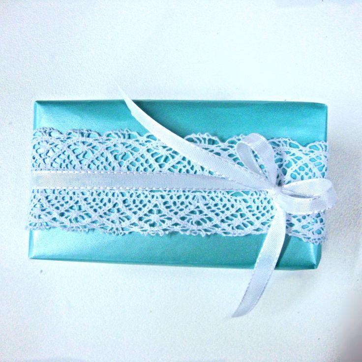 Blauwe geschenkverpakking met kanten lint.