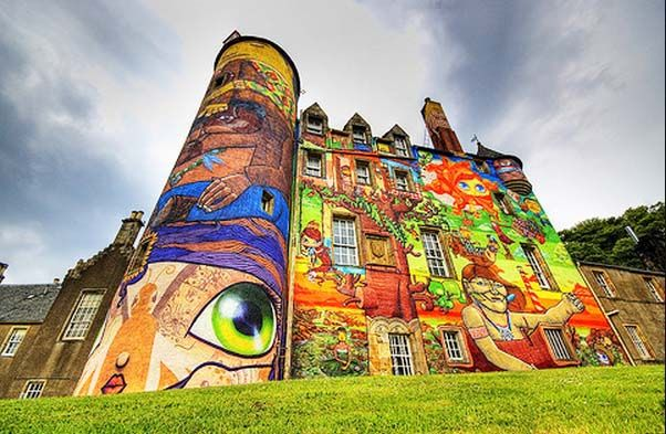 Veja imagens do castelo escocês grafitado por brasileiros