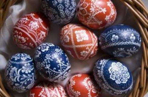 Ecco il materiale che vi occorre per decorare con la tecnica del decoupage le vostre uova di Pasqua: colori acrilici, decorazioni di carta e colla vinilica.