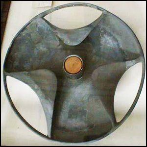 Диск Сабу — неуместный артефакт, найденный в 1936 году египтологом Уолтером Брайаном Эмери во время раскопок мастабы чиновника Сабу в Саккаре, датируемой 3100—3000 годом до нашей эры.  Египтология пока не смогла дать объяснения необычной форме диска Сабу — тарелка такой формы неудобна для еды, как светильник или часть светильника она также неприменима. Академическая наука утверждает, что диск Сабу не может быть моделью колеса —  ведь оно (по версии науки) появилось в Египте лишь в 1500 году…