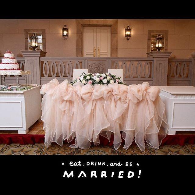高砂にはチュールでリボンを作ってもらいました ばっちり追加料金ですが キャンドル等は頼まなかったので右の台が寂しい感じですが、披露宴の時にはウェルカムスペースに置いてたものを飾ってくれていました #高砂#高砂装花#チュール#チュール高砂#ウェディングケーキ#ピンク#pink#プレ花嫁#卒花