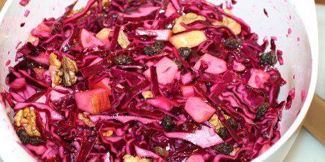 Denne skønne rødkålssalat med æbler og nødder kan bruges som et friskt og nærende alternativ til den traditionelle varme rødkål, men er god som tilbehør til det meste.