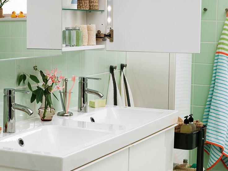Smart badrumsförvaring är allt som behövs för att undvika kaos när familjen ska samsas i badrummet. Med våra badrumsmöbler får du hjälp att organisera krämer, schampoflaskor, nagelsaxar och barnplåster så att hela familjen kan börja morgonen i lugn och ro.