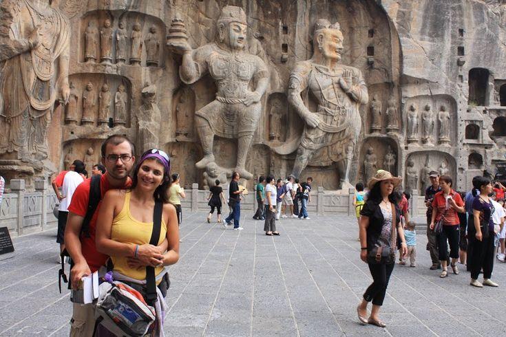 Asgrutas de Longmen foram mandadas erigir pelos mesmos soberanos criadores das grutas de Yungang, após transferirem a sua capital de Datong para Luoyang, cidade a partir da qual se pode aceder rapidamente às grutas. Num total de cerca de 2000 grutas ou nichos ao longo de um quilómetro em ambas as margens do rio Yi, …