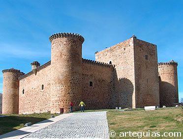CASTLES OF SPAIN - Castillo de Valdecorneja o El Barco de Ávila, originario del siglo XII y construido sobre un castro vetón destruido por los romanos. Este castillo fue en su primera época puramente militar, reconstruido en el siglo XIV se reconvirtió su función, al habitarlo los señores de Valdecorneja, condes y duques de Alba de Tormes, sus propietarios.