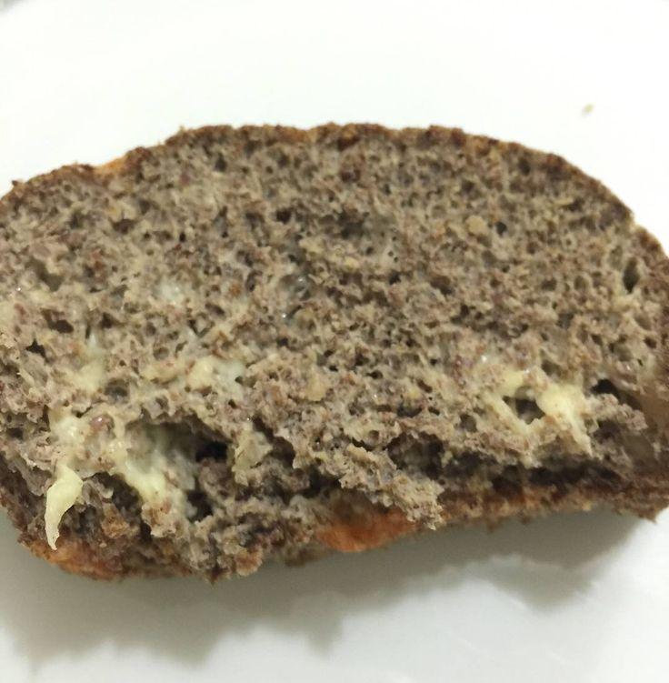 Seguindo a recomendação de receitas low-carb que até sua vovozinha vai gostar hoje trazemos o melhor pão low-carb do mundo: o pão PLOC! . Dessa vez foi a nossa querida leitora Cláudia que nos envio sua foto por email - muito obrigado Claudia por ter enviado sua receita para nós. :) . A receita é super simples basta misturar 6 a 8 ovos 200g queijo ralado 200g de farinha de linhaça (ou farinha low-carb a sua escolha) 200ml de leite de coco e 1cc de fermento levar ao forno em uma assadeira…