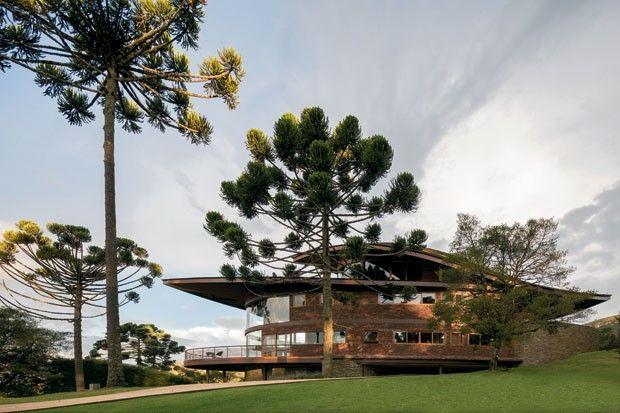 Casa de campo impressiona pelo formato curvo
