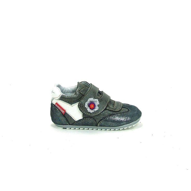 Schattige baby schoenen van Shoesme, model BP4W004-F! Uitgevoerd in grijs met wit leer en de neus en de hiel zijn in glitter uitgevoerd. Deze babyproof schoentjes worden gesloten met een brede klittenband over de wreef met een klein schattig geborduurd bloemetje erop. Helemaal van leer met een heerlijk flexibel zooltje, geschikt van het kruipen tot en met de eerste stapjes.