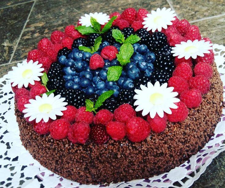 heloł Friday! szykuje się impreza ��dzisiaj przeyjecie urodzinowe naszej Amelki , 11 lat minęło jak jeden dzień ( w poniedziałek ) .  W domu póki co cisza ,  ale za parę godzin będzie tu istne szaleństwo ������#dinner #cookingathome #obiad  #fitgirl #fitnessgirl #polishgirl #foodpic  #foodmotivation  #foodporn#birthday #birthdaycake #birthdaygirl #homemade #instafood #elsa #party #birthdayparty #kids #children#friday #somethingsweet #chocolate #fruits…