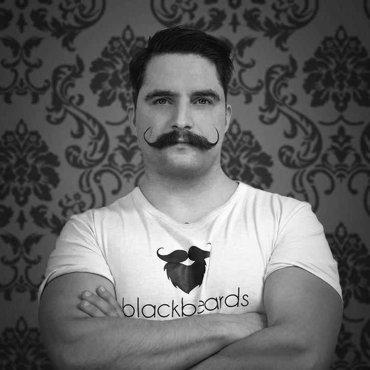 Weißt du noch? Movember 2016. Knapp ein Jahr (8.12.2016), gefühlte 35 Zentimeter mehr Bart, ca. zwei Liter Bartöl und ungefähr ein Pfund Bartpomade ist es her, dass Mike unter Tränen seinen Bart zugunsten einer großartigen Sache, der Movember-Challenge, abrasieren musste. Auch ohne Bartverlusteinsatz machen wir dieses Jahr wieder mit. Tritt unserem Team bei: https://moteam.co/blackbeards