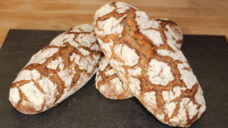 Es gibt ja viele Wege ein selbst gebackenes Brot zu machen, im letzten Brotbeitrag habe ich dir einen dieser Wege ja schon gezeigt. Heute soll es ein Krustenbrot mit Walnüsse werden und backen wollen wir das Ganze auf Stein – sozusagen ein Steinofenbrot. Aber bevor du jetzt wegen des Steinofen verzweifelst, ließ erst den Beitrag …