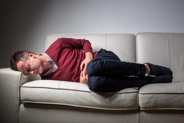 """Les douleurs au niveau du testicule peuvent avoir plusieurs origines. Parmi elles, la """"torsion testiculaire"""", un accident fréquent qui doit être pris en charge en urgence. Le Docteur Bernard Boillot, chirurgien, professeur associé au CHU de Grenoble-La Tronche. Responsable du comité urologie de l'enfant et de l'adolescent à l'AFU nous éclaire."""
