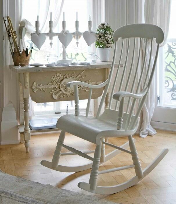 Toch eens gaan kijken in kringloop en troc voor een oude schommelstoel en dan naar eigen wens in een kleurtje zetten om zalige momenten met een kopje thee en een boek in door te brengen, love it :-)