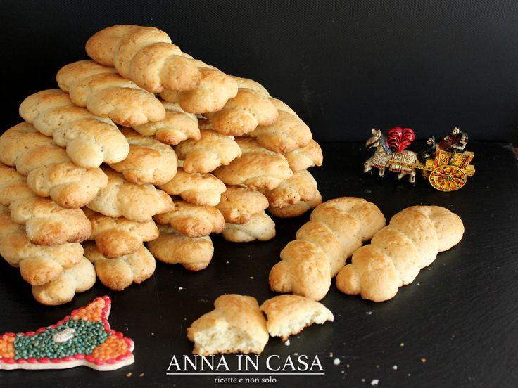 Sono dei biscotti a form di treccia ottimi sia per la colazione, da inzuppo, che per una merenda golosa.  A me ricordano tanto le tr...
