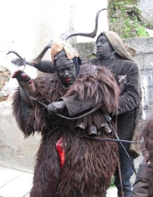 Carnevale di Lula :  Su Battileddu . E'  una delle più impressionanti maschere del carnevale sardo. Ha il viso sporco di sangue e annerito dalla fuliggine e il corpo ricoperto di pelli di pecora e montone. Sul capo porta due corna fra le quali viene fissato uno stomaco di capra, mentre sulla pancia, sotto i campanacci, uno stomaco di bue riempito di sangue, che viene bucato di tanto in tanto. Su Battileddu è la vittima sacrificale del carnevale.
