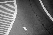 De Antwerpse ring van bovenaf gefotografeerd  Niet dat ik zelf zo'n fan ben van dit stukje asfalt. Zelf sta ik er regelmatig vast. Maar er is een bepaalde abstracte esthetiek die me aantrekt. Strakke lijnen en een sterk contrast tussen het donkere ruige asfalt en de witte strepen. Een praktisch kunstwerk.