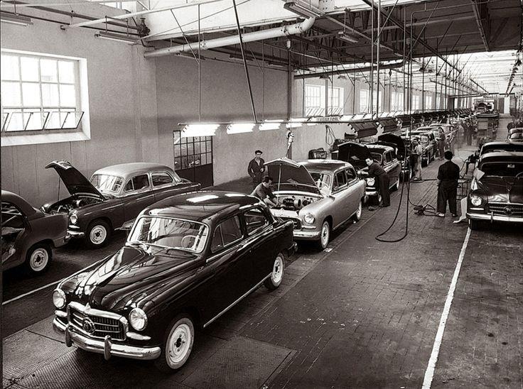 Hoy se cumplen 60 años del primer #SEAT de la historia, el 1400.   #Cars #Vintage #Spanish #Autos #Carros #Antiguos #Historia