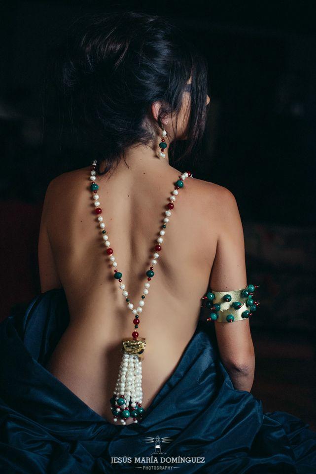 Sautoir cinturón de inspiración mogol realizado en perlas, ágatas rojas y cuarzo verde