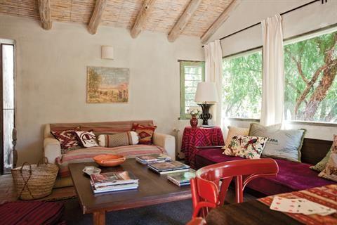 Reformas: una casa con deco norteña  Los techos de totora con tirantes de álamo y de eucalipto se encalaron para favorecer la claridad y evitar los bichos.