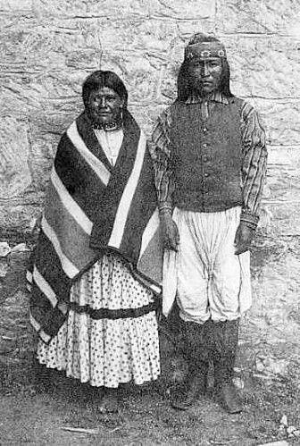 Dahteste et Ahnandia à Fort Sam Houston (1886) - Comme Lozen son amie, Dahteste était une guerrière à laquelle on la comparait et pour laquelle la seule différence était le fait qu'elle était mariée avec Ahnandia, un guerrier de Géronimo dont elle avait des enfants. Lozen est restée célibataire et n'a pas eu d'enfants. - Photographer unidentified - (B/w copy)