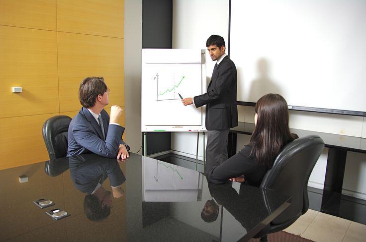 ¿Ha pensado en algún momento qué tipo de comunicación mantiene fuera y dentro de la empresa? Depende de la forma que se comunique puede obtener unos u otros resultados. En esta vida todo es dinámico, va a recibir respuestas en función de la forma que tenga de interactuar con el medio.