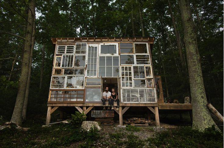 Romantisch huisje gemaakt van oude ramen