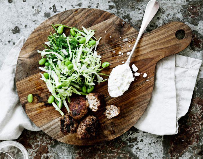 Frikadeller med kalve-oksekød, rugflager, hvidløg og mild kål - Måltid