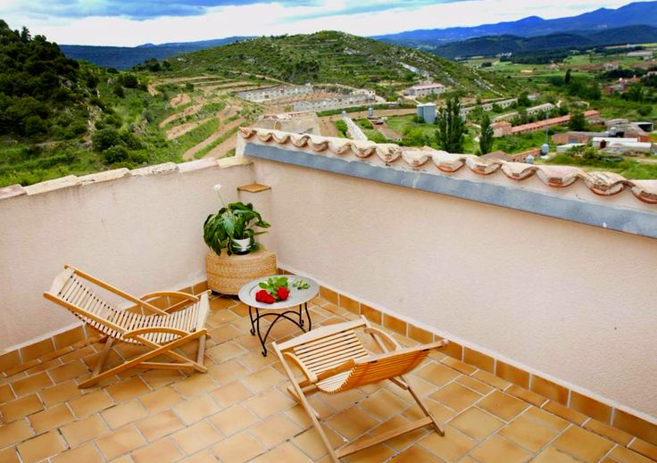 Información sobre Apartamentos La Morada del Cura  en Fuentespalda Apartamentos La Morada del Cura is a self-catering accommodation located in Fuentespalda. The apartment will provide you with a TV, a balcony and a seating area.There is a full kitchen with a microwave and a ...