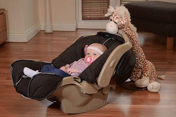 """Der""""Sleepybobo"""" ist eine interessante Neuheit, mit der ihr eine Babyschale, Wippe, Bettchen oder Wiege sanft schaukeln könnt.    Die Schaukelgiraffe Sleepybobo oder auch Gerry die Giraffe kann ganz einfach an die meisten handelsüblichen Babyschalen, Wippen, Wiegen und Bettchen angebrachtwerden"""