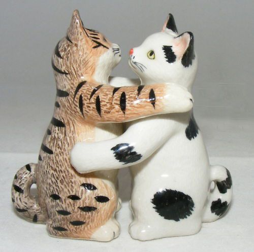 Hugging cats salt and pepper shakers salt peppurr cats pinterest gray figurine and salts - Salt and pepper hug ...