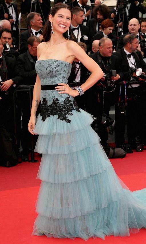 Festival de Cine de Cannes 2016 Acto: Ceremonia de apertura y estreno de la película 'Café Society'. Fecha: 11 de mayo de 2016. En la imagen: La modelo Bianca Balti con vestido de volantes capeados en color aguamarina.