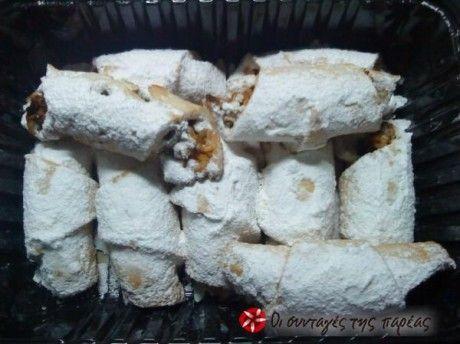 Μπισκότα με μήλο ή Elmali kurabiye:   Τι χρειαζόμαστε: Για τη ζύμη: 4 ½ φλιτζάνια αλεύρι 250 γρ. φρέσκο βούτυρο λιωμένο 2 κ.σ. γιαούρτι ½ φλιτζάνι ζάχαρη άχνη 3 κουταλάκια του γλυκού μπέικιν πάουντερ 1 βανίλια Για τη γέμιση: 3 μήλα 1 κ. γ. κανέλα 3 κ.σ. ζάχαρη 1 φλιτζάνι χοντροκομμένα καρύδια ½ φλιτζάνι σταφίδες