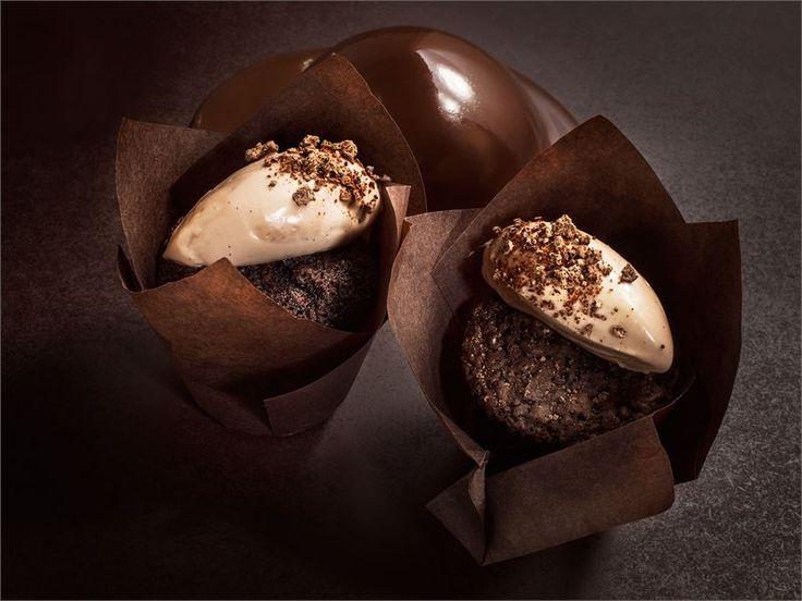 Tumma olut antaa suklaamuffinsseille upean syvän ruskean värin ja maltaisen aromin. Muffinit ovat todella meheviä ja ne säilyvät hyvin useamman päivän. http://www.valio.fi/reseptit/maltaiset-suklaamuffinssit/ #resepti #ruoka