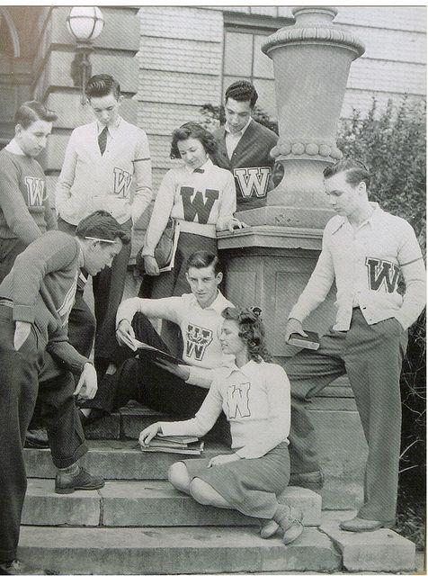 Estudiantes de los años 50 en el instituto Warren G. Harding , Warren, Ohio.  Los colegiales imitaban el sentido de la moda de sus padres conservadores. Los muchachos vestían pantalones, camisas abotonadas, chalecos y chaquetas de punto. El calzado de los muchachos incluía zapatos de gamuza o de vestir y zapatos deportivos. Las muchachas vestían faltas amplias y sweaters. El calzado de ellas incluía zapatos adornados, zapatos planos y zapatillas de ballet. #vintage #students #school #1950s