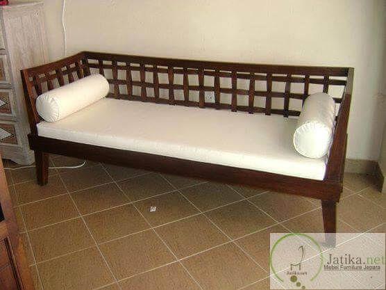 Bangku Minimalis Sofa Kayu Jati cocok digunakan untuk menghabiskan waktu santai dirumah bersama keluarga. Dengan ukuran 200 cm x 80 cm dan kain jok halus.