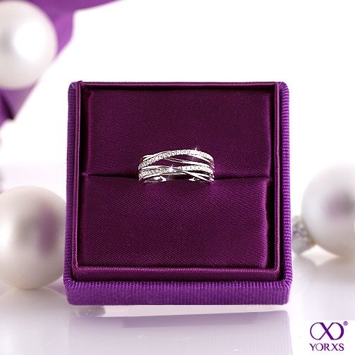 Lovely gift idea: A diamond ring that unites timeless elegance and a fashionable design. #Yorxs #Diamantring  #Geschenkidee