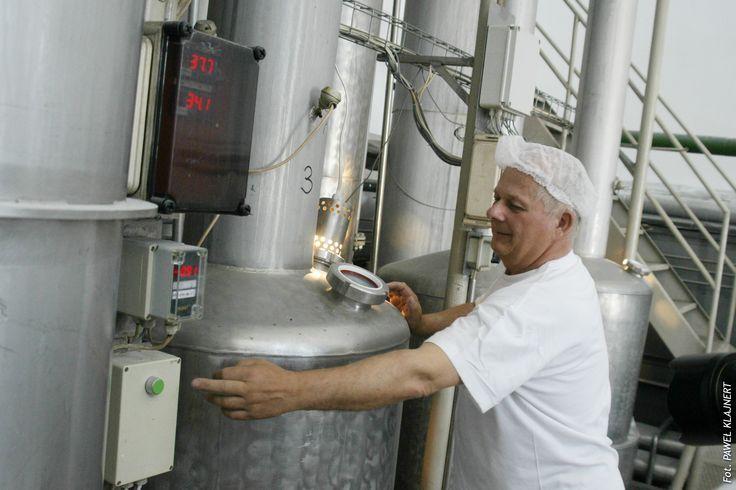 Procesem mycia steruje komputer. A komputer nadzoruje doświadczony pracownik. Mycie - czystość w mleczarni jest tak samo ważne i pracochłonne jak sama produkcja.