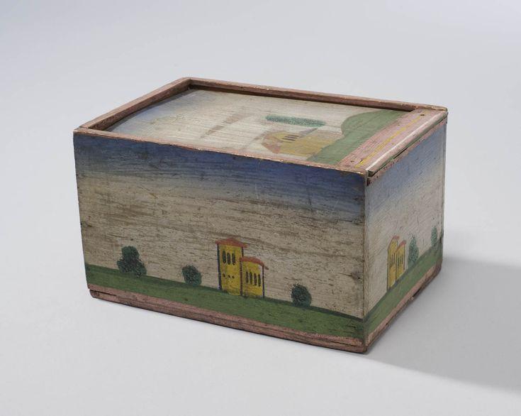 Schuifdoos voor algemeen gebruik, bestaande uit naaldhouten plankjes en beschilderd met schematisch weergegeven huisjes, bomen en struiken. Op het eiland Marken werden deze kistjes babbekistjes genoemd en gebruikt voor het opbergen van textilia. 1825-1875 #NoordHolland #Marken