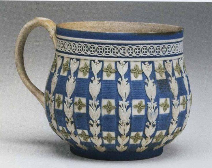 Веджвуд Чашка для крема. 1790. Высота 6,0 см Это чашки для яичного заварного крема – custard cups. Чашки для крема подавались на специальных подносах. Подносы были не овальными, а прямоугольными с высокими бортиками. На подносе помещалось 4-6 чашек. Внутреннюю поверхность таких чашек полировали. По этим же моделям выпускались чашки для мороженого.
