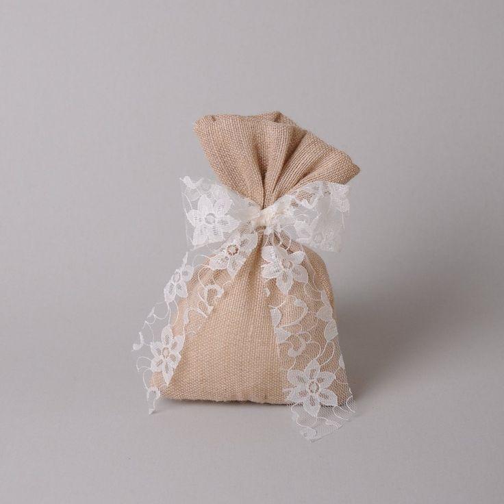 Μπομπονιέρα Γάμου - Πουγκί λινάτσα - Οι μπομπονιέρες κατασκευάζονται στο κατάστημά μας και γίνονται αλλαγές σε σχέδιο, χρώμα και ύφασμα για να ταιριάζουν με το ύφος του γάμου σας.