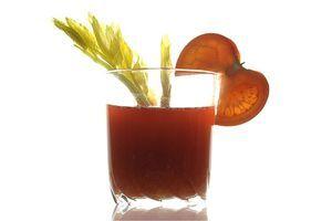 Desucbre cómo desintoxicarse con té y más plantas medicinales, una buena opción después de excesos en la comida y bebida.: Jugo de romero y albahaca con tomate