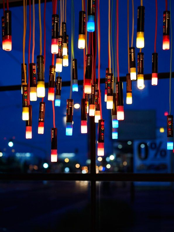 Exposé à Melbourne, ce lustre intitulé « Eye Spy » est composé de quarante marqueurs POSCA. Chaque feutre est traversé par un câble d'alimentation avec au bout, au niveau du capuchon, une source LED.