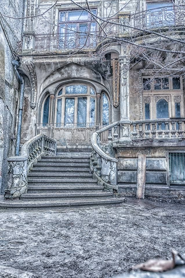 Braila, Romania (by Radu Arama) Old house, beautiful architecture. Sadly it looks deserted.