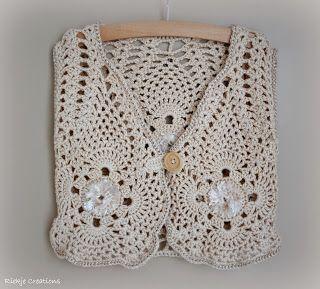 Een gehaakt vestje voor dochter van 4 jaar (mt 110) Gemaakt van katoen op naald 4,5. Leuk afgewerkt met fantasiegaren. Gratis patroon. He...