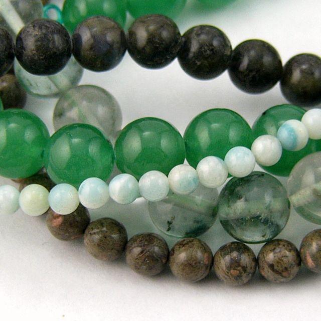 Mix stenperler, flest grønne, rund 4-10mm - 5 strenge