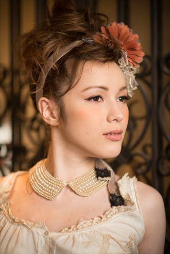 クラシックなカラーのカチューシャスタイル ウェディングドレス・カラードレスに合う〜アップの花嫁衣装の髪型まとめ一覧〜