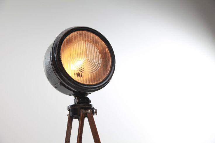 Oude koplampen van auto's en motoren krijgen een tweede leven als de Urban Light Factory er iets nieuws van maakt. Het bedrijfje uit Berlijn verwerkt de vintage lampen namelijk tot exemplaren die je in je huis …