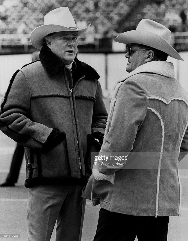 bum-phillips-of-the-houston-oilers-talks-on-the-field-circa-1970s-picture-id484112965 (798×1024)